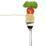 Mangiando la pasta delle tagliatelle degli spaghetti su una forcella isolata Immagine Stock