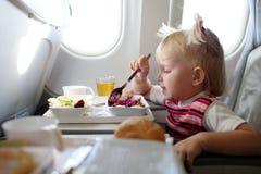 Mangiando nell'aeroplano Immagini Stock
