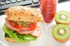 Mangiando nell'ufficio Immagine Stock Libera da Diritti
