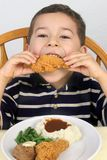 Mangiando pollo fritto 5 anni immagine stock libera da diritti