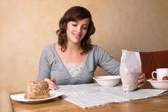 Mangiare la prima colazione di mattina fotografie stock