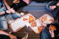 Mangiare lo spuntino della pizza sulla vista superiore del pavimento Fotografie Stock Libere da Diritti