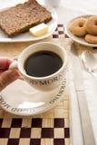 Mangiare un caffè Immagini Stock