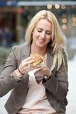 Mangiare un hamburger Fotografia Stock Libera da Diritti