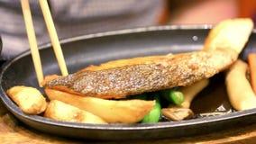 Mangiatore di uomini ad un riso del ristorante giapponese con stock footage