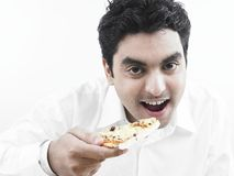 Mangiatore di uomini asiatico una fetta di pizza fotografie stock libere da diritti