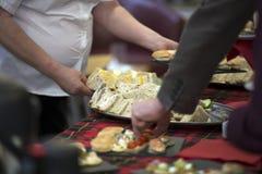 Mangiatore di uomini da un buffet fotografia stock