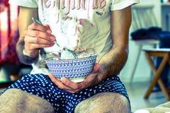 mangiatore di uomini una ciotola di cereali di mattina Fotografie Stock