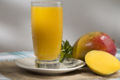 Mangifera indica - mangowy soku bogactwo w witaminie c obrazy royalty free