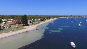 Manglar skäller visa seagrass med förtöjde fartyg i Rockingham WA Australien stock video