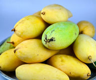 Mango amarillo en el cuenco Imagen de archivo