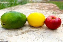 Mango, appel en sinaasappel De samenstelling van vruchten royalty-vrije stock foto