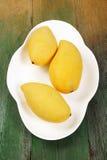 Mango auf Holz Lizenzfreies Stockfoto