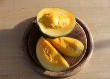 Mango auf Schneidebrett Lizenzfreie Stockbilder