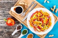 Mango, broodkruimel kippenkarbonade, pinda's, groene paprikasalade Royalty-vrije Stock Foto's