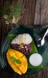 Mango con arroz pegajoso en postre tailandés del estilo Fotos de archivo