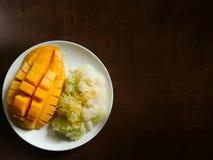 Mango con el arroz pegajoso, postre tailandés en la tabla de madera foto de archivo