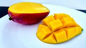 Mango cutted dulce en una placa Foto de archivo