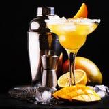 Mango Daiquiri, alkoholisches Cocktail mit weißem Rum, Likör, Sirup, Zitronensaft, Mango und Eis auf schwarzem Barzählerhintergru lizenzfreie stockfotografie