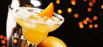 Mango Daiquiri, alkoholisches Cocktail mit wei?em Rum, Lik?r, Sirup, Zitronensaft, Mango und Eis auf schwarzem Barz?hlerhintergru lizenzfreie stockbilder