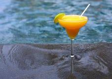 Mango Daiquiri auf dem Poolhintergrund stockfoto