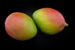 Mango der grünen und roten Farbe auf einer schwarzen Hintergrundnahaufnahme Stockfotos