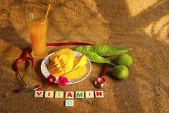 Mango di Alphonso affettato in piatto con i manghi, le foglie del mango e lo stetoscopio crudi Fotografie Stock Libere da Diritti