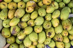Mango e frutti nel mercato immagine stock