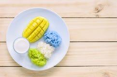 Mango e riso appiccicoso colorato naturale con latte di cocco Fotografia Stock Libera da Diritti