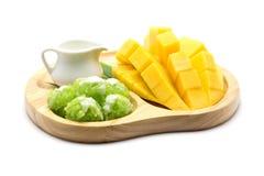 Mango e riso appiccicoso isolati su fondo bianco, dessert tailandese Fotografia Stock