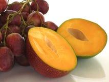 Mango en druiven, de zomer en zon stock afbeeldingen