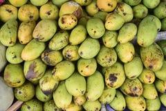 Mango en vruchten in de markt stock afbeelding