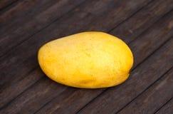 Mango för tropisk frukt på tabellen för fruktmarknad Mango på lantlig timmer Arkivbild