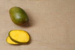 Mango fresco che si trova su una superficie della tela di sacco Fotografia Stock