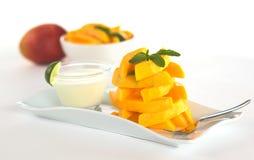 Mango fresco con la inmersión del yogur fotos de archivo libres de regalías