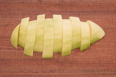 Mango fresco - mangos verdes cortados en de madera con blanco Imagen de archivo libre de regalías