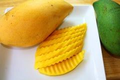 mango Gele en groene mango's royalty-vrije stock afbeelding