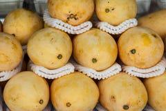 Mango giallo maturo nel mercato Fotografie Stock