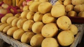 Mango giallo sul mercato di frutta video d archivio
