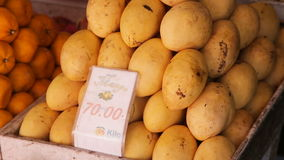 Mango giallo sul mercato di frutta archivi video