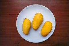 Mango giallo tre che è servito sul piatto fotografie stock libere da diritti