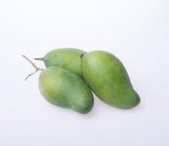 Mango of groene mango op een achtergrond Stock Fotografie