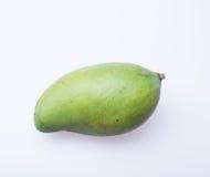 Mango of groene mango op een achtergrond Stock Afbeeldingen