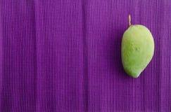 mango Groene mango op witte achtergrond Royalty-vrije Stock Fotografie