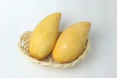 Mango i korg på vit bakgrund royaltyfri bild