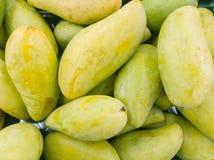 Mango i thai marknad Arkivbild