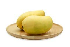 Mango i träplatta royaltyfria foton