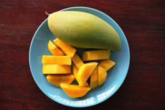 Mango im Teller Lizenzfreie Stockfotos
