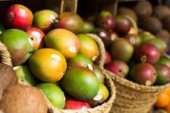 Mango jugoso maduro en cestas de mimbre en contador del mercado imagen de archivo libre de regalías
