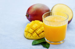 Mango juice and fresh mango Royalty Free Stock Photography